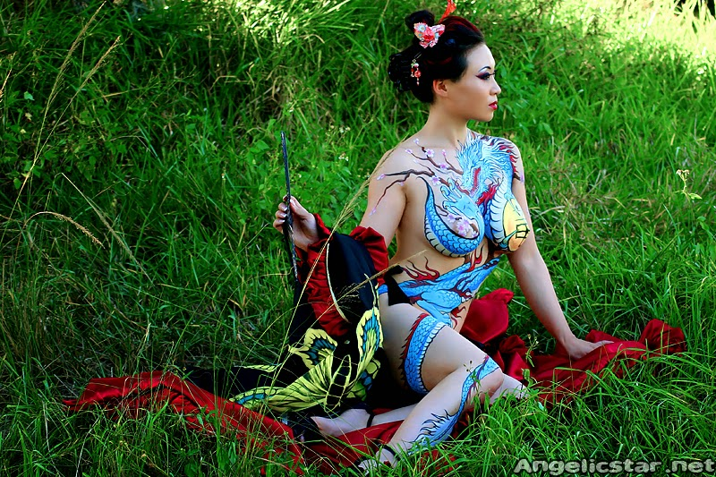 Body paint de dragon yakusa sur cosplayeuse Yaya han