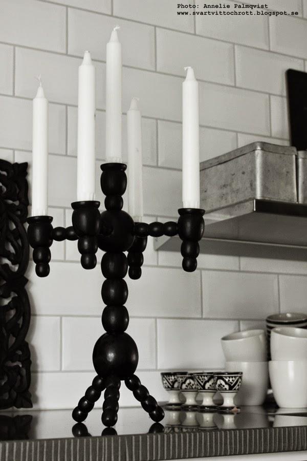 diy, svart och vitt, ljusstake, träljusstake, ljusstakar, måla svart, svart spray, jul, juldekoration, julen 2014, stenskiva i köket, vitt kakel, vita kakelplattor,