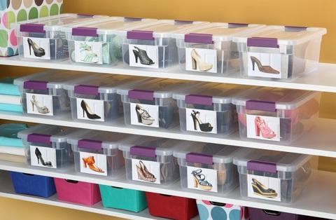 Zapatos en cajas plásticas con la foto en el frente