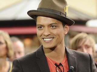 cantor Bruno Mars usando chapéu