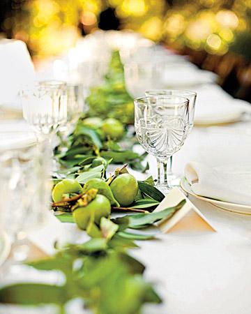 Hojitas verdes en la mesa de la boda