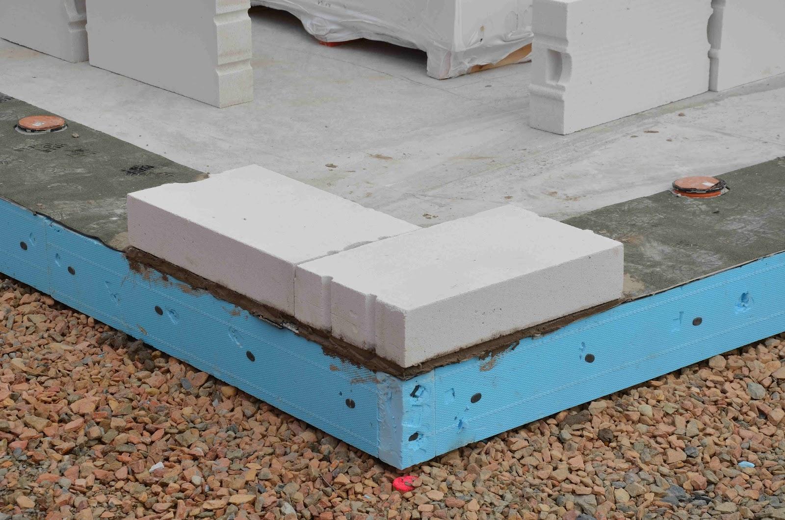 stein auf stein das haus wird bald fertig sein die steine werden geliefert. Black Bedroom Furniture Sets. Home Design Ideas
