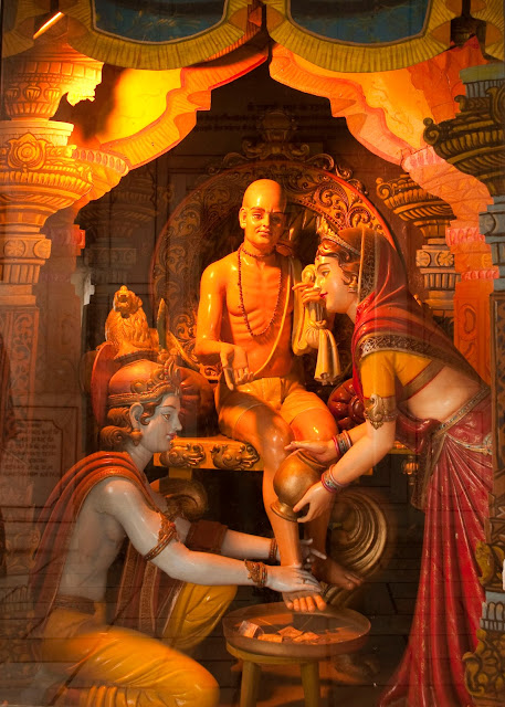 krishna cleans sudama's feet with his own hands