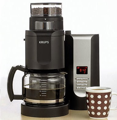 Coffee machine with grinder built in