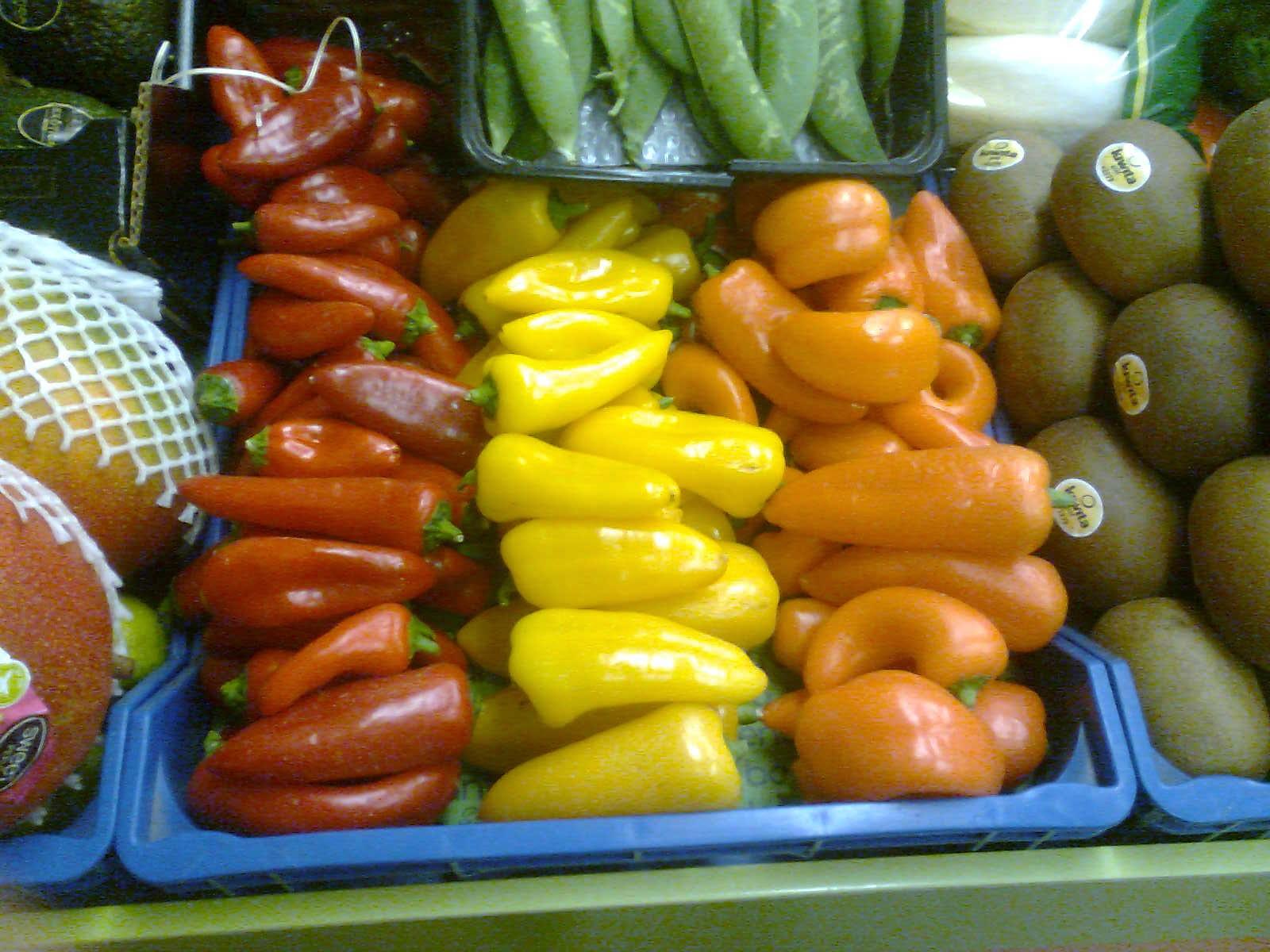 Pimientos rojos, amarillos y naranjas en 3 franjas verticales