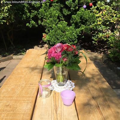 Tisch im Garten mit Deko, Blumenvase, Windlichter
