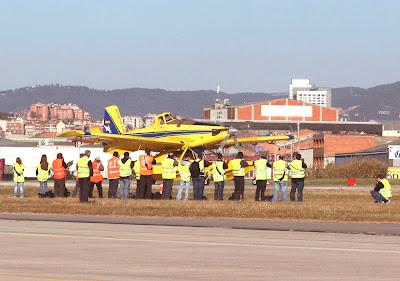 Membres de l'Associació Spotters Barcelona-El Prat a la pista principal de l'Aeroport de Sabadell.