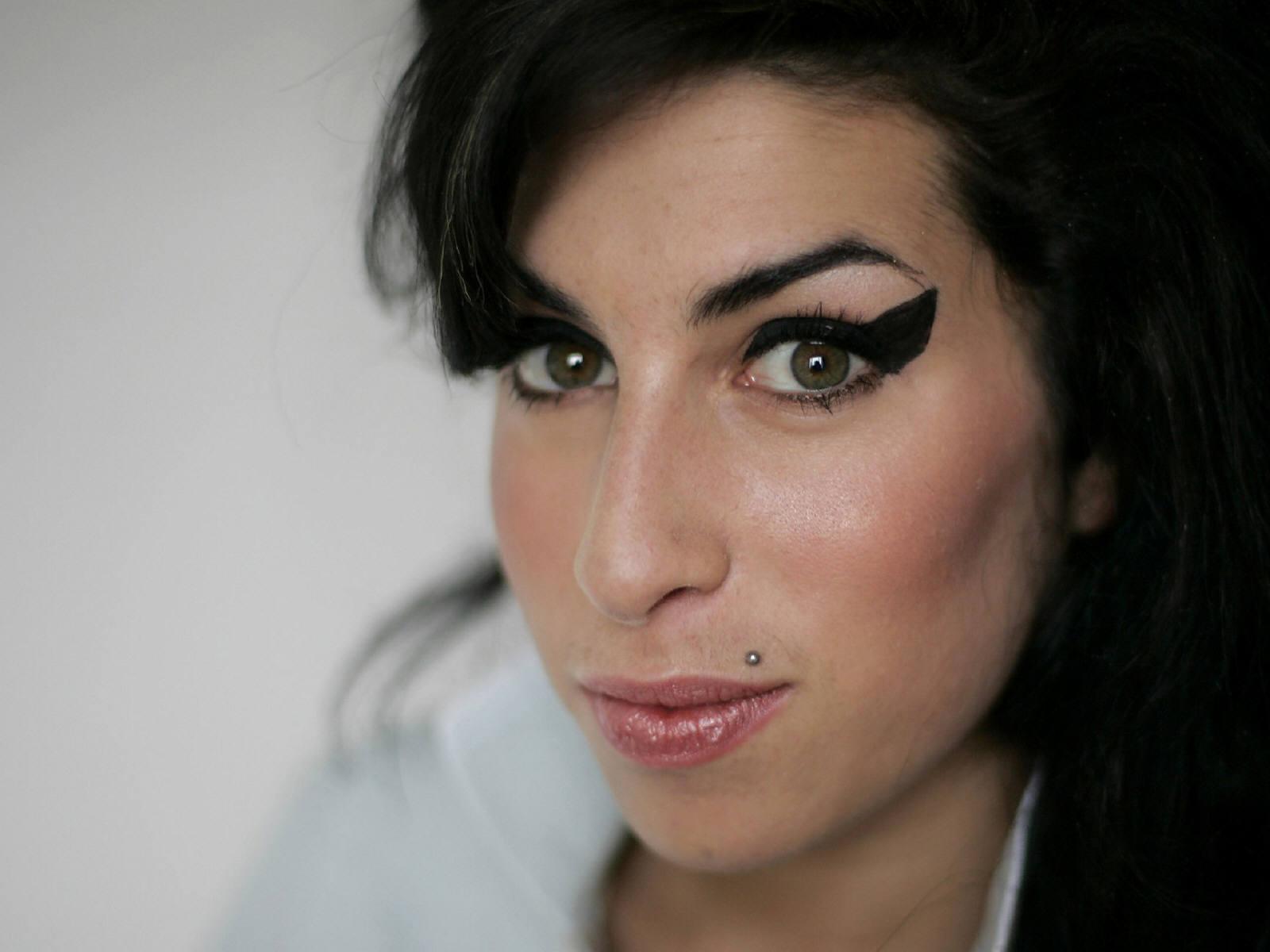http://1.bp.blogspot.com/-v5uPTnxL-Bc/T5jUwtDplxI/AAAAAAAAB3M/YjXMXHcfChY/s1600/Amy_Winehouse_0004_1600X1200_Wallpaper.jpg