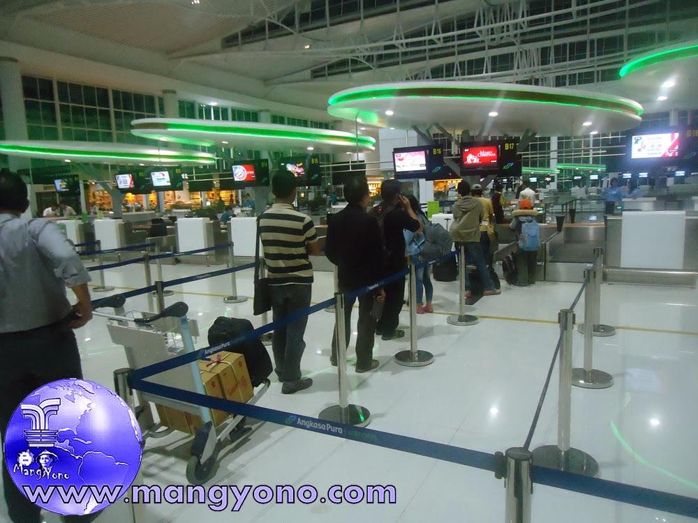 Check in counter Citilink Bandara Sepinggan, Balikpapan. Jepretan dari lantai 2 tepat dibelakang antrian, tapi gak ikut antri ... hehehe.  Pada Tgl. 8/12/2014