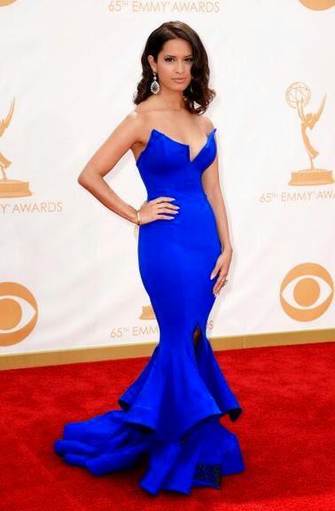 Modelo de vestido azul sereia com fenda e decote.