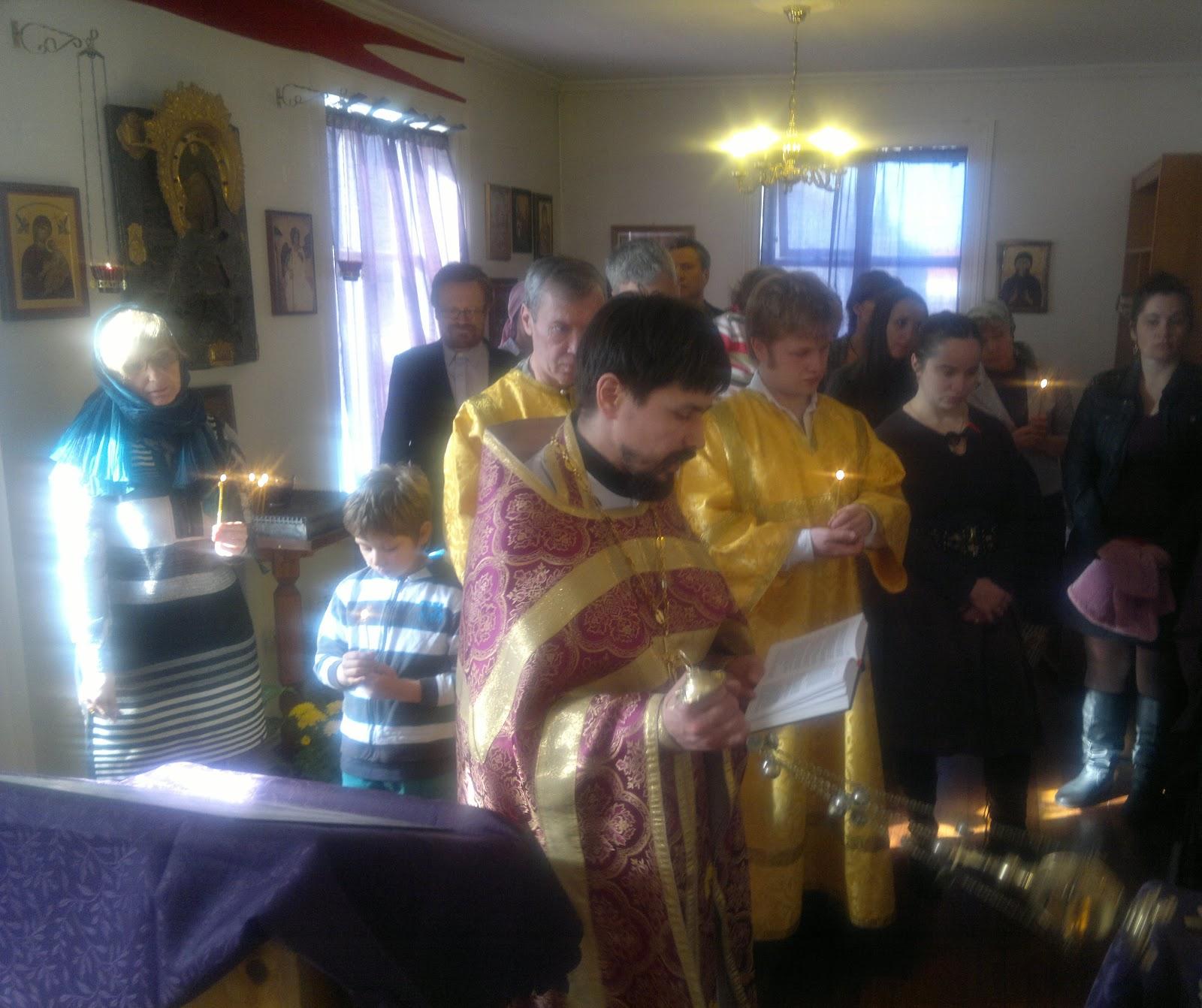 В русском храме в Рейкьявике почтили память жертв агрессии НАТО против Сербии. Иерей Тимофей Золотуский совершает заупокойную литию.