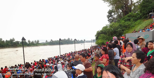 A bumper crowd that lined up the waterfront of Sri Aman | Sarawak Malaysia Borneo