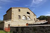 La façana sud-est de Cal Gavatx, masia pertanyen al terme de Montclar