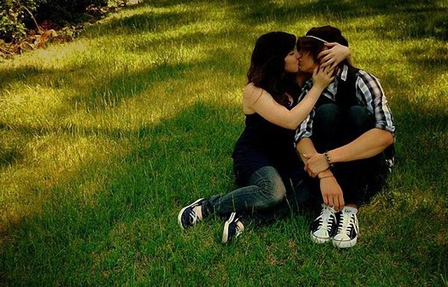 Beso en el césped.
