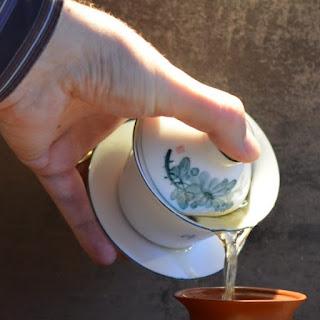 image d'un Zhong tenu par la soucoupe et le couvercle