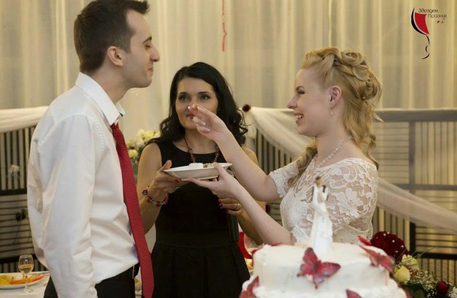 младоженци се хранят със сватбена торта