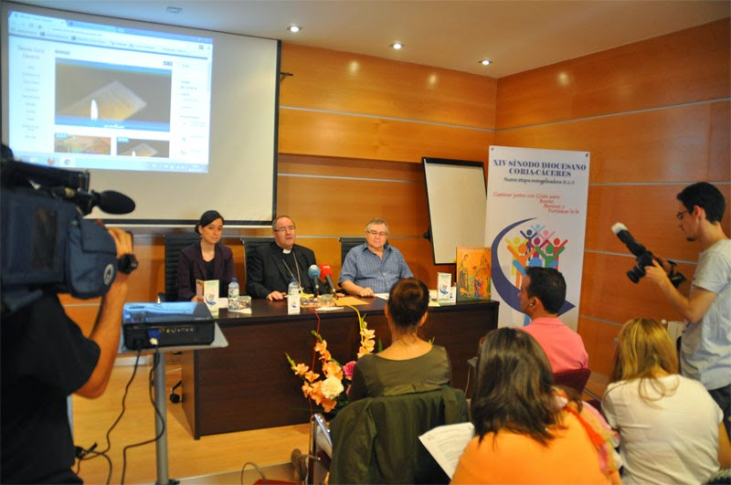 D. Francisco, Lorena Jorna y Jesús Moreno presenta en rueda de prensa el XIV Sínodo Diocesano de Coria-Cáceres