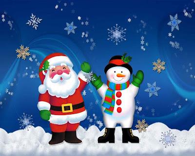 Santa Claus con un muñeco hecho en nieve