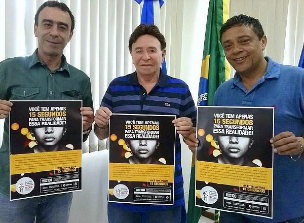 Alair Corrêa recebe material de campanha da Secretaria Municipal da Criança e do Adolescente