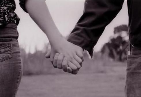 women_hot_girl_romnce_romantic - كيف تتعاملين مع حبيبك او خطيبك - رجل وامرأة يمسكان يد بعض