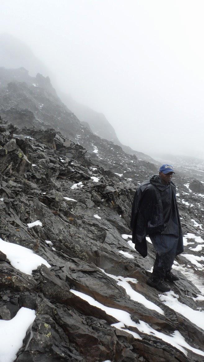 Guía-bajo-la-nieve-en-el-trekking-del-Kilimanjaro