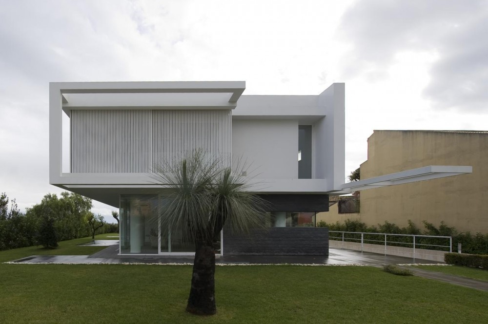 Contemporary minimalist villa design with indoor patio for Beautiful modern houses in the world