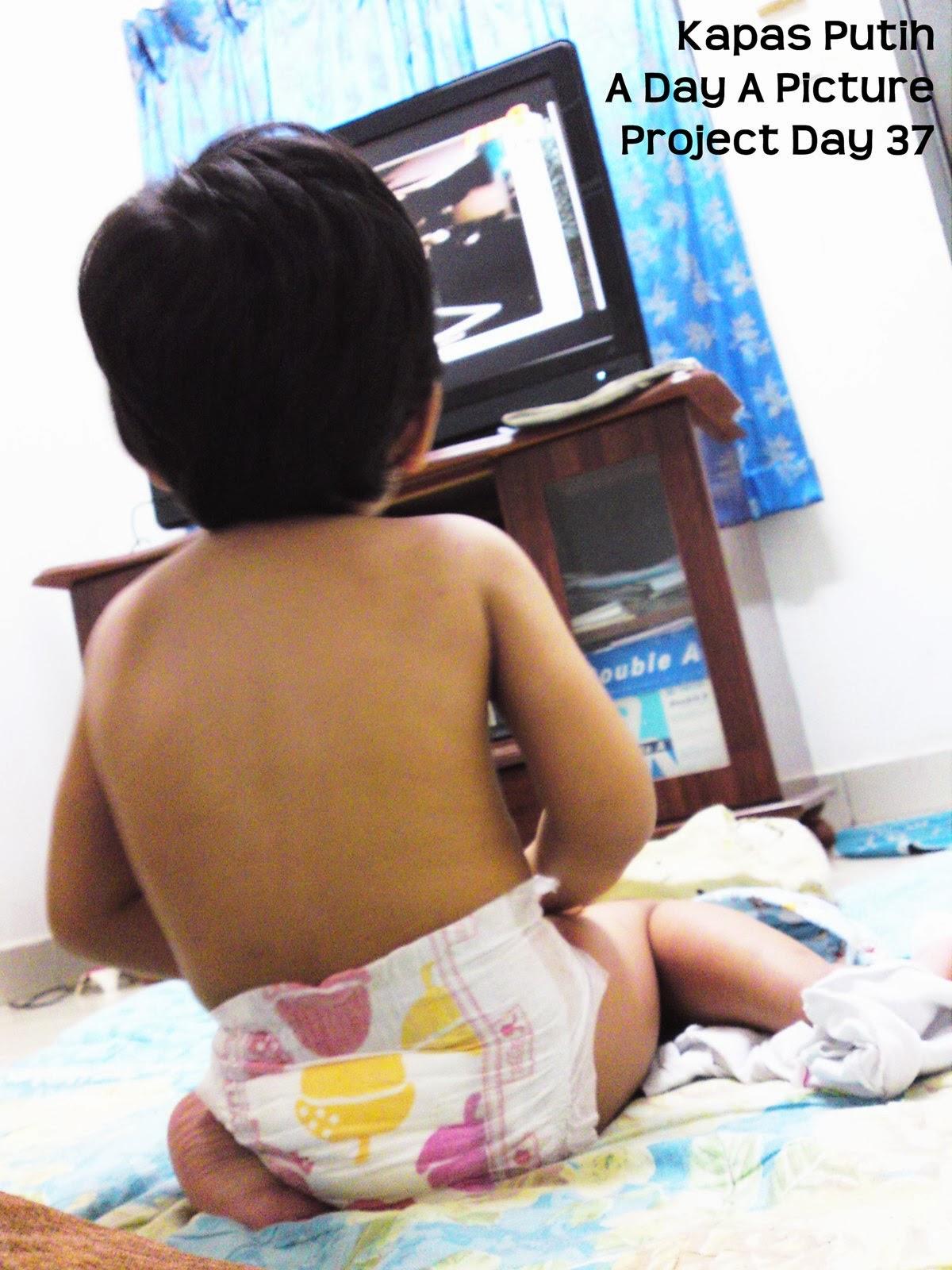 Baby yang suka tonton TV