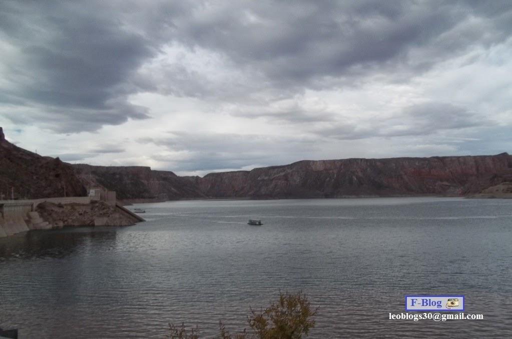 Lago, repesa y cielo nublado - Los Reyunos