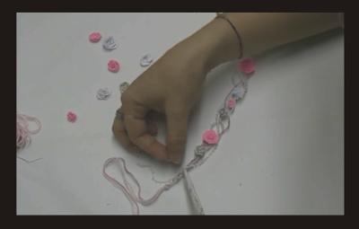 Diadema hecha con rosas de papel