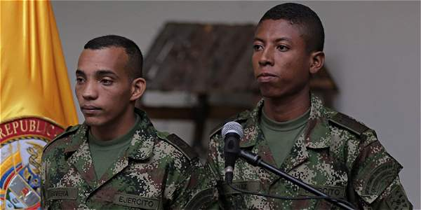 Un día antes de la liberación, guerrilleros de las Farc amenazaron a los militares con mantenerlos en cautiverio si se negaban a entregar las declaraciones que ese grupo terrorista les había ordenado.