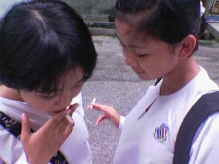 Remaja putri sedang merokok. Ilustrasi: dhiekaptoen.blogspot.com