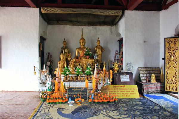 Altar del templo Wat Chom - Colina Phou Si