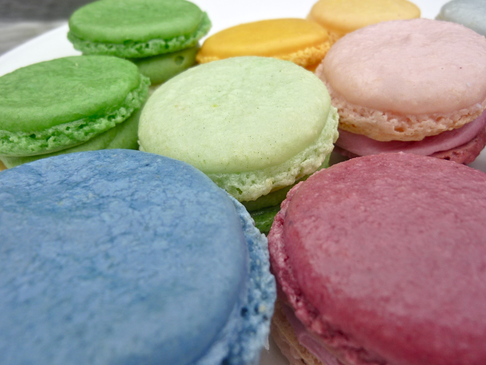 Diary of a Mad Hausfrau: Ombre French Macarons - MacTweet Challenge #29