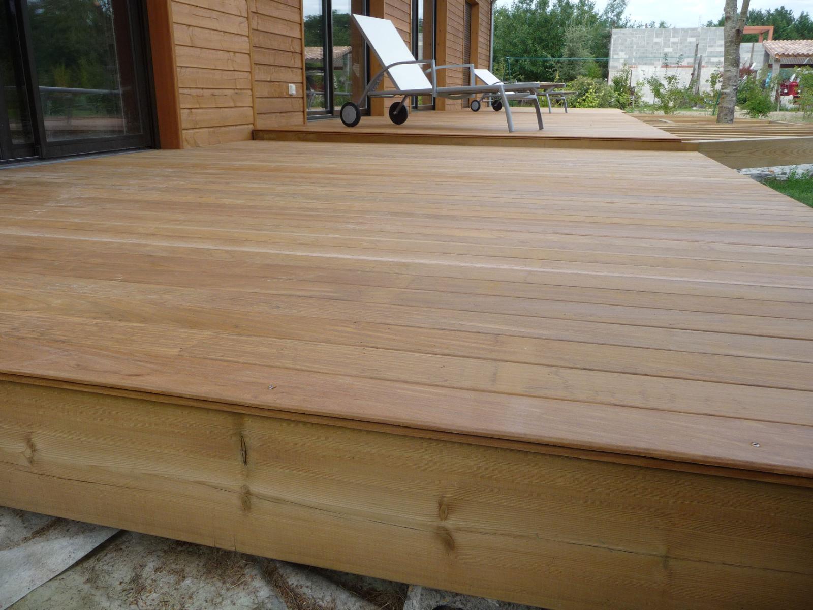 des lames de bois  Construire sa terrasse en bois sur plots en béton