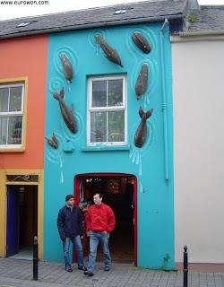 Una tienda de souvenirs de delfines en Dingle
