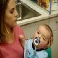 Reação de um bebê surdo ao ouvir a voz de sua mãe pela primeira vez