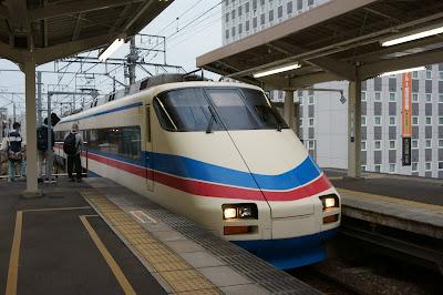 東成田より京成成田駅に到着するAE100形