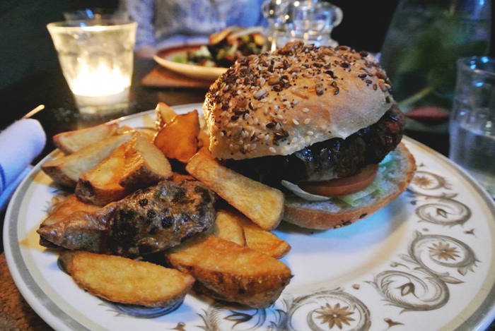 Veggie bean burger with chips