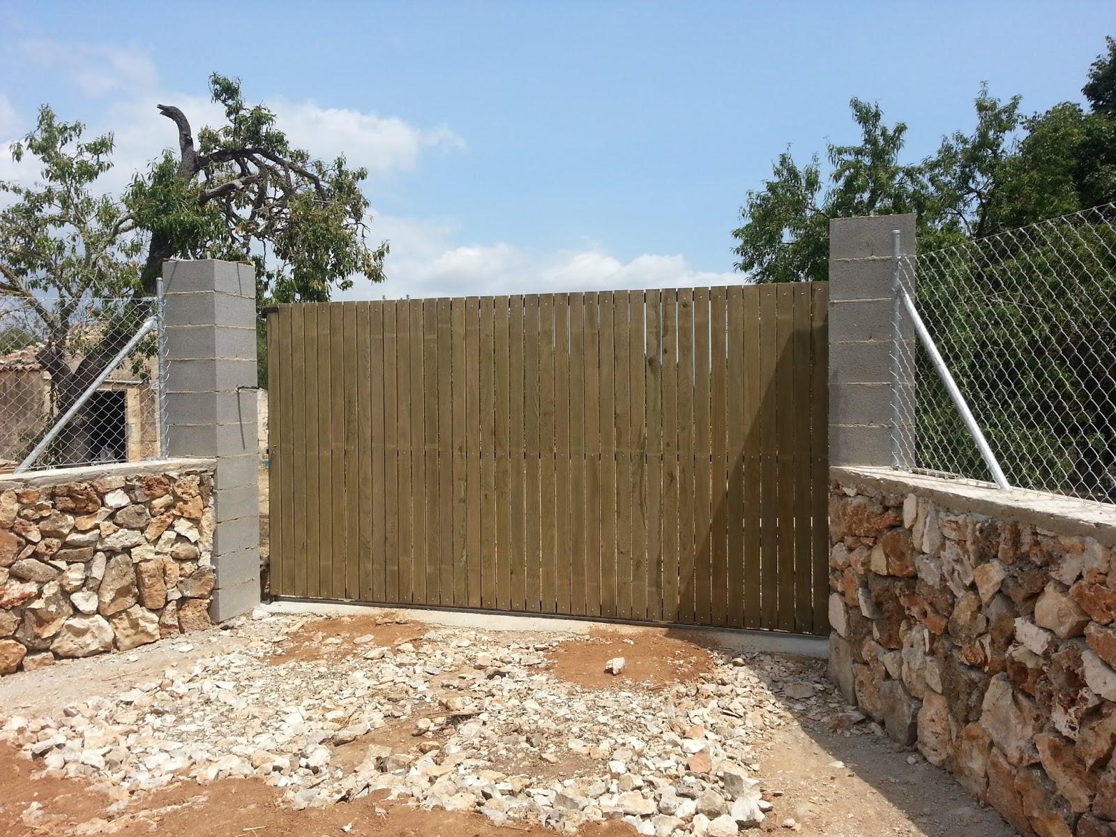 Puertas correderas de hierro revestidas de madera para fincas rusricas barrera colocada en muro - Cierres de madera para fincas ...