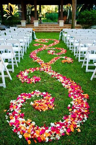 'Ya llega la novia' o diferentes formas de decorar el pasillo por donde aparece la protagonista