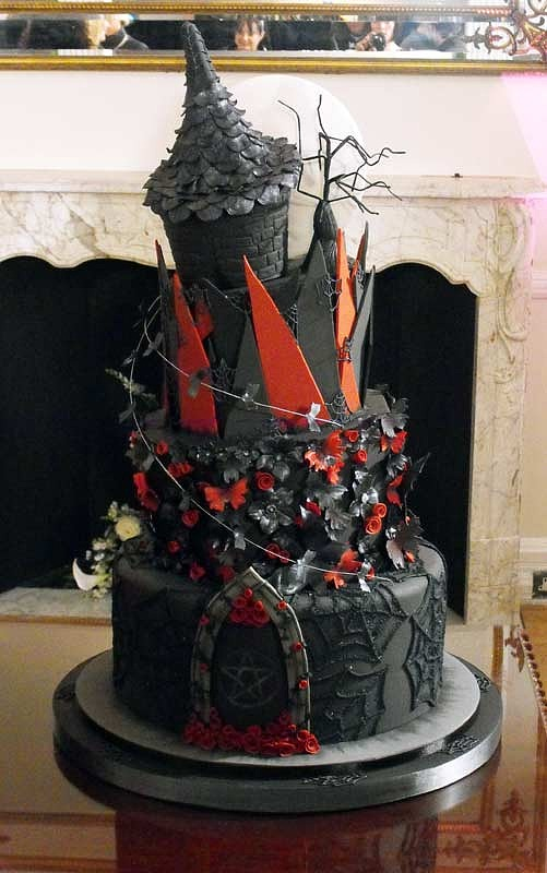 I had seen a photo of a gothic cake that was my base inspiration