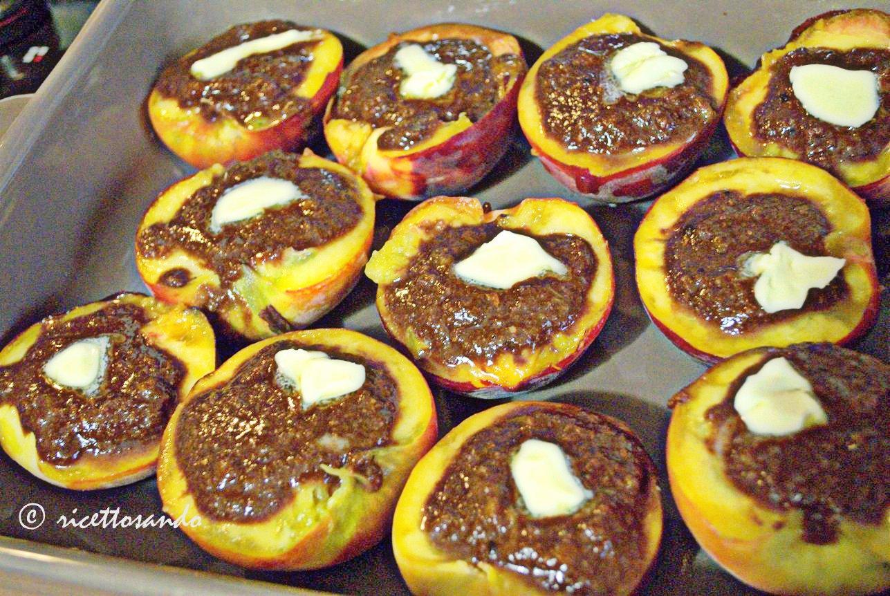Pesche ripiene all'amaretto ricetta dessert dolce di frutta