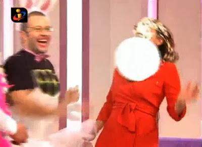 Quimbé atira bolo à cara de Júlia Pinheiro