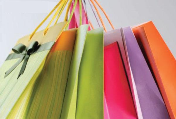 viciada em compras -  sacolas coloridas - presentes - mulher - shopping - comprando