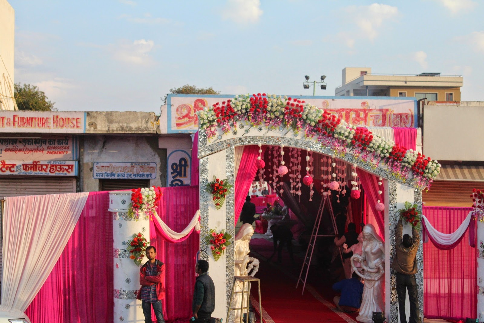itt esküvő készül
