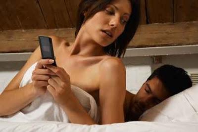 En el complejo mundo del amor debes tener claras dos premisas: una, no ser infiel, y dos, si lo eres, tratar de al menos no ser descubierto. Pero algo tan sencillo resulta una utopía cuando de alardear se trata, convirtiendo históricamente al «bocazas» en la principal causa de sorpresas desagradables. Sin embargo, hasta los asuntos del corazón han entrado de lleno en el siglo XXI, quedando a merced de las nuevas tecnologías que encuentran un filón en las preocupaciones de las parejas. De esta forma nació Qoqoriqo, una aplicación online (también disponible para móviles) que permite descubrir si tu media