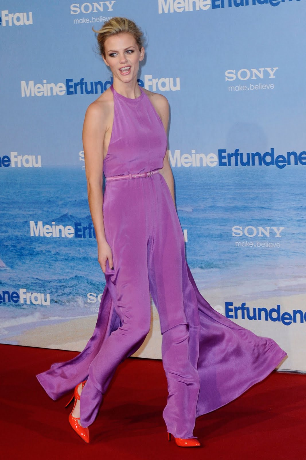 http://1.bp.blogspot.com/-vF3jcmf7G8I/TW60ns_GduI/AAAAAAAADiE/qoNoeWyHDJo/s1600/brooklyn-decker-just-go-with-it-berlin-premiere-01.jpg