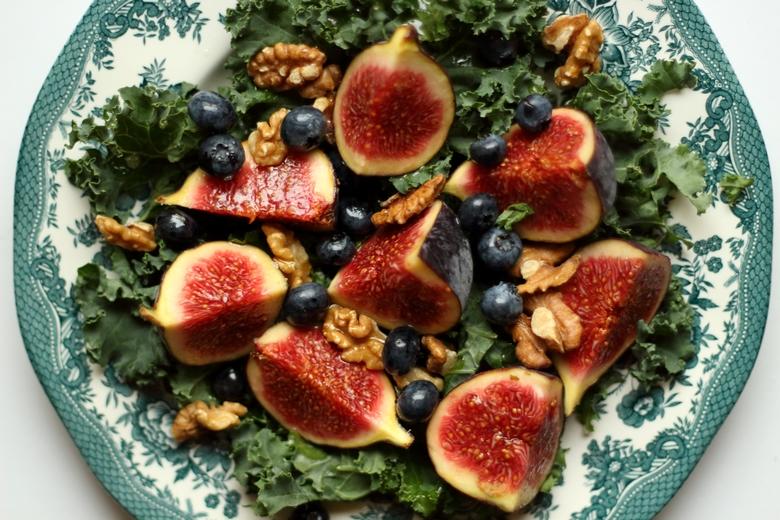 dietetyczna sałatka z figami i jarmużem