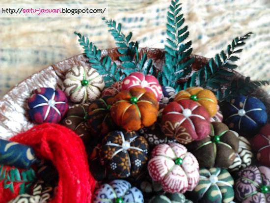 Menata Vas Bunga Batik