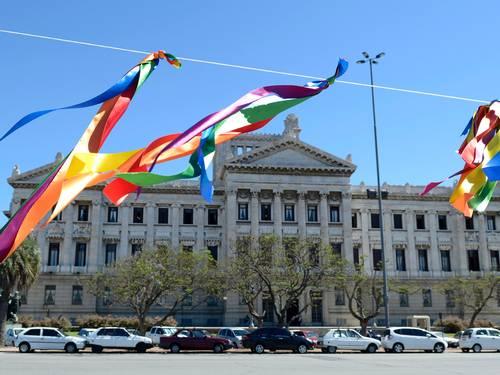 Ativistas penduraram fitas coloridas em frente à Câmara uruguaia na terça-feira (Foto: AP/Matilde Campodonico)